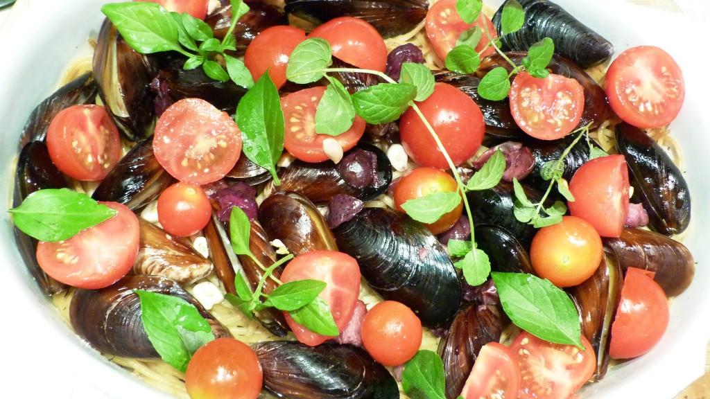Пълнозърнеста паста с пресни миди и чери домати